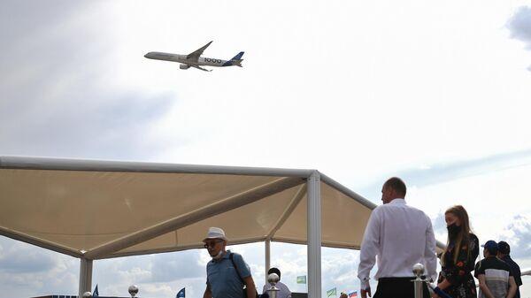 Зрители наблюдают за пролетом пассажирского самолета Ил-114-300 на МАКС-2021