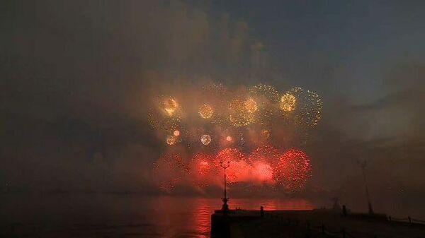 Российскому флоту – 325: праздничный салют в небе над Петербургом