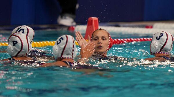 Российские спортсменки, члены сборной России (команда ОКР) перед началом матча группового этапа соревнований по водному поло среди женщин на XXXII летних Олимпийских играх в Токио между командой ОКР и сборной Венгрии.