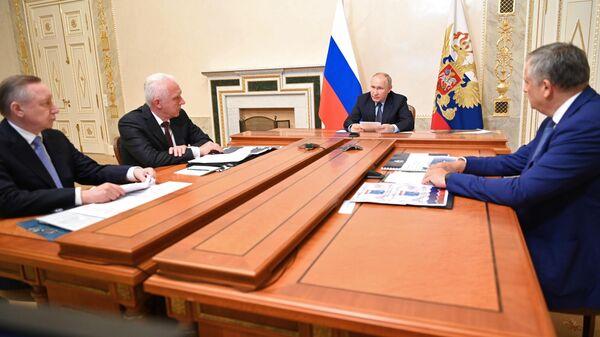 Президент РФ Владимир Путин проводит совещание по вопросам развития транспортной системы Санкт-Петербурга и Ленинградской области