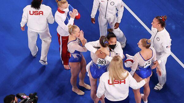 Американка Симона Байлз поздравляет российских гимнасток с победой на Олимпийских играх