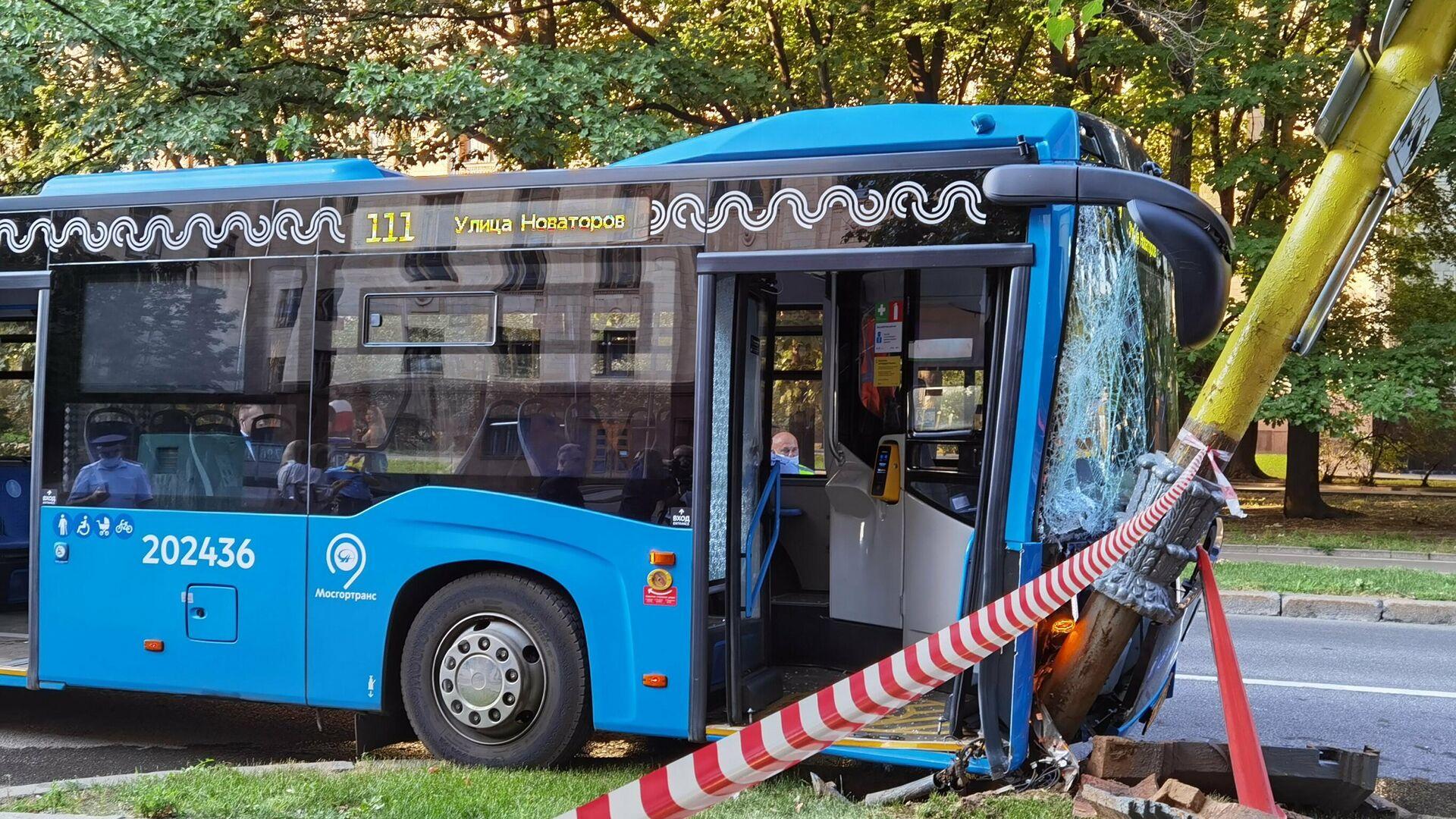 Последствия ДТП с участием рейсового автобуса на западе столицы - РИА Новости, 1920, 27.07.2021