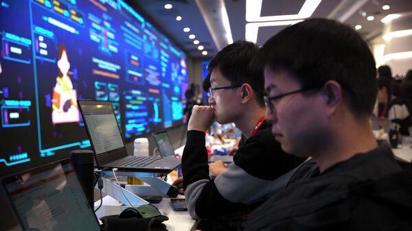 Рабочие во время работы за компьютерами в Пекине
