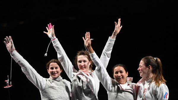 Российские спортсменки по фехтованию Инна Дериглазова, Лариса Коробейникова, Аделина Загидуллина и Марта Мартьянова радуются победе в финале командного первенства по фехтованию на рапирах  среди женщин на XXXII летних Олимпийских играх в Токио