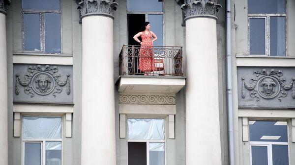 Девушка на балконе жилого дома в Москве