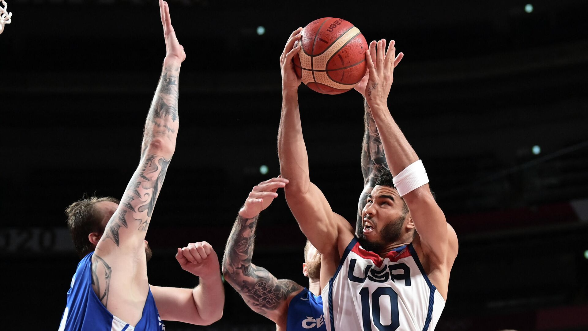 USA's Jayson Tatum (R) goes to the basket past Czech Republic's Ondrej Balvin (L) in the men's preliminary round group A basketball match between USA and Czech Republic during the Tokyo 2020 Olympic Games at the Saitama Super Arena in Saitama on July 31, 2021. (Photo by Aris MESSINIS / AFP) - РИА Новости, 1920, 31.07.2021