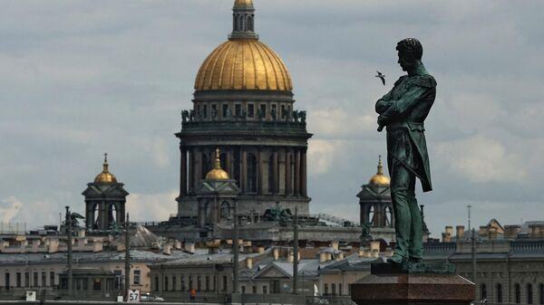 Памятник мореплавателю И. Ф. Крузенштерну и Исаакиевский собор в Санкт-Петербурге