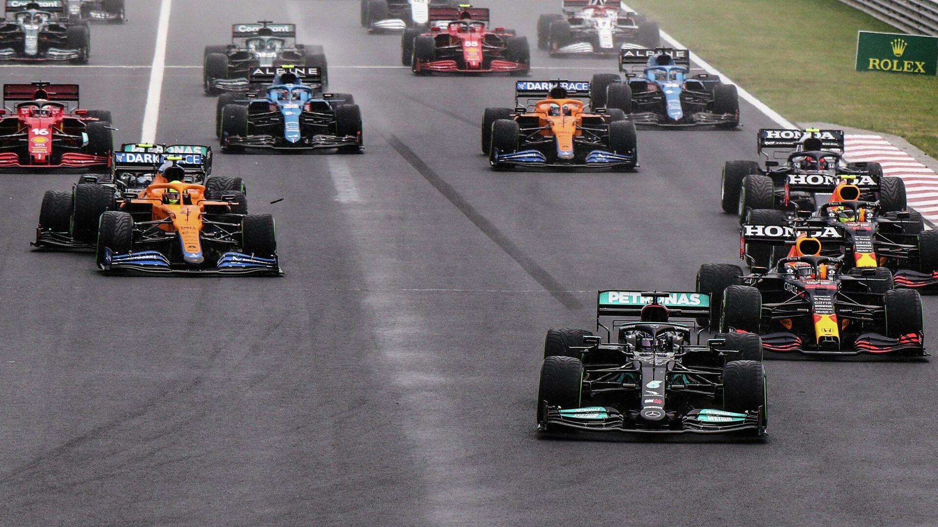 Formula One F1 - Hungarian Grand Prix - Hungaroring, Budapest, Hungary - August 1, 2021 Mercedes' Lewis Hamilton in action as Mercedes' Valtteri Bottas collides with McLaren's Lando Norris Pool via REUTERS/Peter Kohalmi - РИА Новости, 1920, 01.08.2021