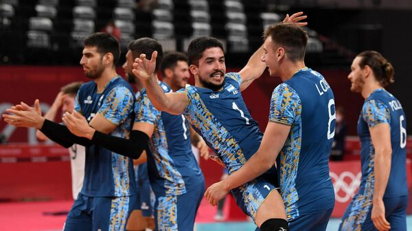 Argentina's Matias Sanchez (C) and Agustin Loser (2nd R) celebrate their victory in the men's preliminary round pool B volleyball match between USA and Argentina during the Tokyo 2020 Olympic Games at Ariake Arena in Tokyo on August 2, 2021. (Photo by Yuri Cortez / AFP)