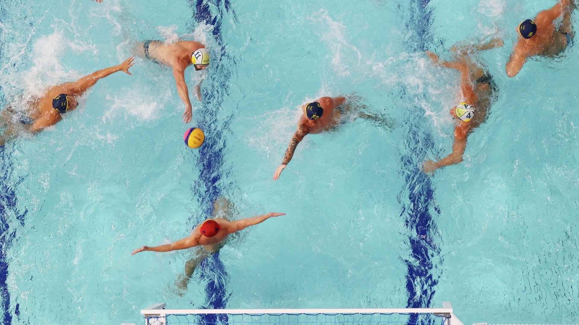 Tokyo 2020 Olympics - Water Polo - Men - Group B - Australia v Kazakhstan - TWC - Tatsumi Water Polo Centre, Tokyo, Japan - August 2, 2021.  Rhys Howden of Australia scores against Pavel Lipilin of Kazakhstan. REUTERS/Gonzalo Fuentes - РИА Новости, 1920, 02.08.2021