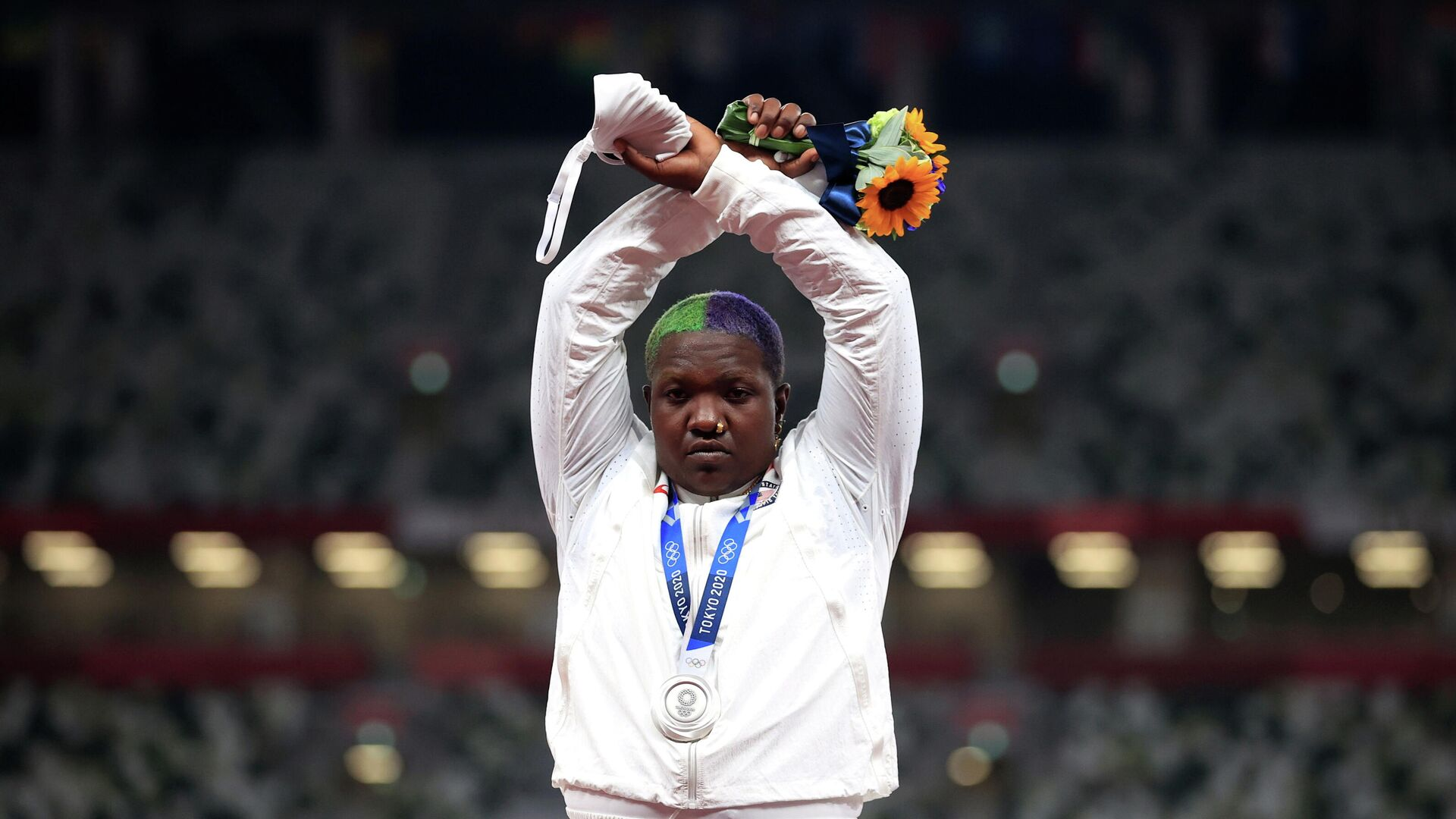 Tokyo 2020 Olympics - Athletics - Women's Shot Put - Medal Ceremony - Olympic Stadium, Tokyo, Japan – August 1, 2021. Silver medallist, Raven Saunders of the United States gestures on the podium REUTERS/Hannah Mckay     TPX IMAGES OF THE DAY - РИА Новости, 1920, 03.08.2021