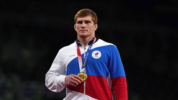 Российский спортсмен, член сборной России (команда ОКР) Муса Евлоев, завоевавший золотую медаль на соревнованиях по греко-римской борьбе среди мужчин в весовой категории до 97 кг на XXXII Олимпийских играх в Токио, на церемонии награждения.