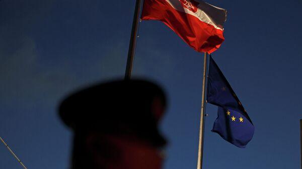 Флаг Польши и Евросоюза у посольства Польши в Токио