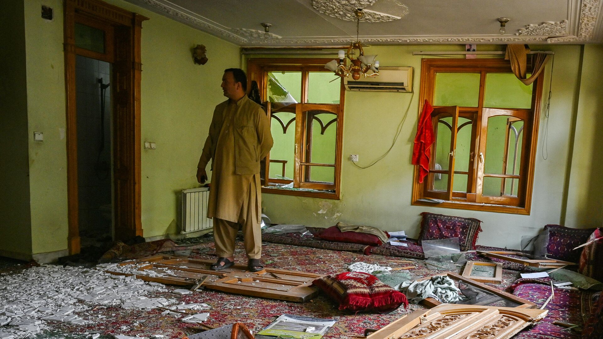 Афганские службы безопасности осматривают повреждения внутри здания через день после взрыва заминированного автомобиля в Кабуле 4 августа 2021 года - РИА Новости, 1920, 04.08.2021