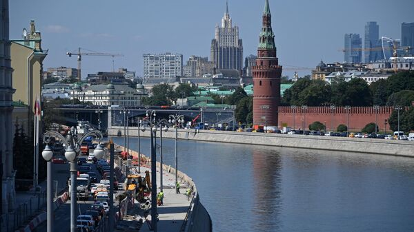 Работы по благоустройству набережных на острове Балчуг в Москве