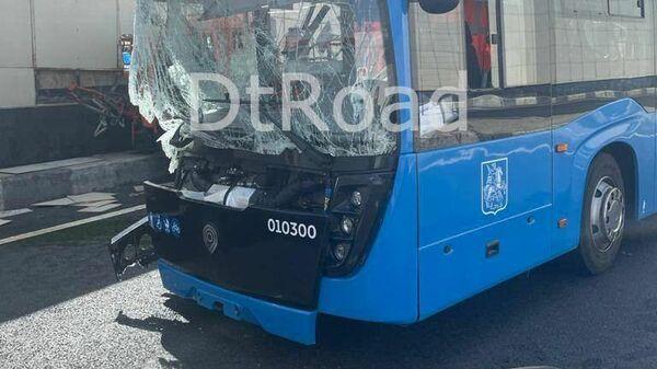 На Боровском шоссе в Москве произошло столкновение грузового автомобиля и автобуса