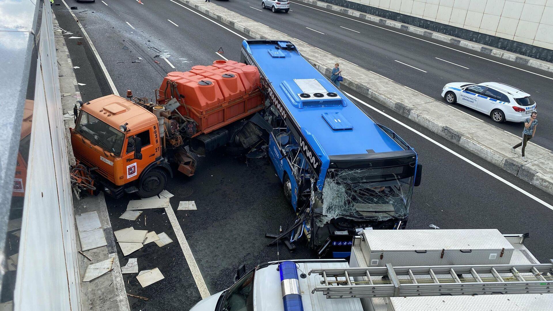 Последствия столкновения рейсового автобуса с грузовым автомобилем на Боровском шоссе в Москве - РИА Новости, 1920, 04.08.2021