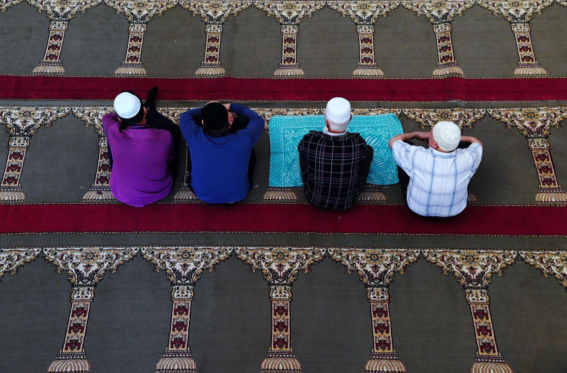 Мусульмане в мечети Джума Хан Джами в Евпатории - ПРОФИ Новости, 1920, 13.09.2021