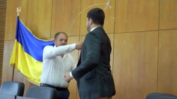 Мэр Конотопа Артем Семенихин облил водой народного депутата от Слуги народа Александра Качуру. Кадр видео