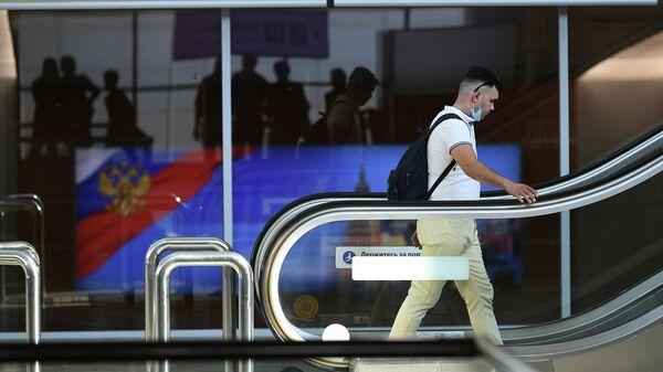 Мужчина в аэропорту Шереметьево в Москве