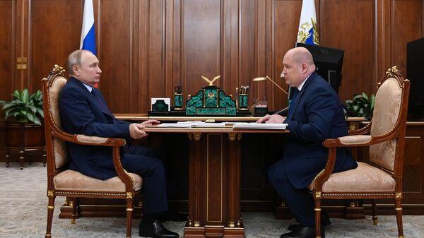 Президент РФ Владимир Путин и губернатор Севастополя Михаил Развозжаев во время встречи