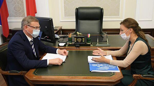 Губернатор Омской области Александр Бурков и уполномоченный по правам ребенка Анна Кузнецова во время встречи