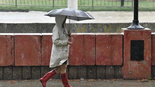 Женщина под зонтом на улице в Керчи