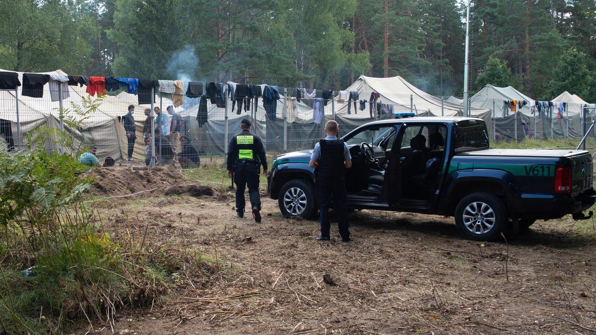 Полицейские возле лагеря мигрантов на литовско-белорусской границе - РИА Новости, 1920, 30.08.2021