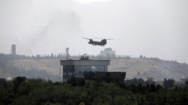 Вертолет США Chinook пролетает над посольством США в Кабуле