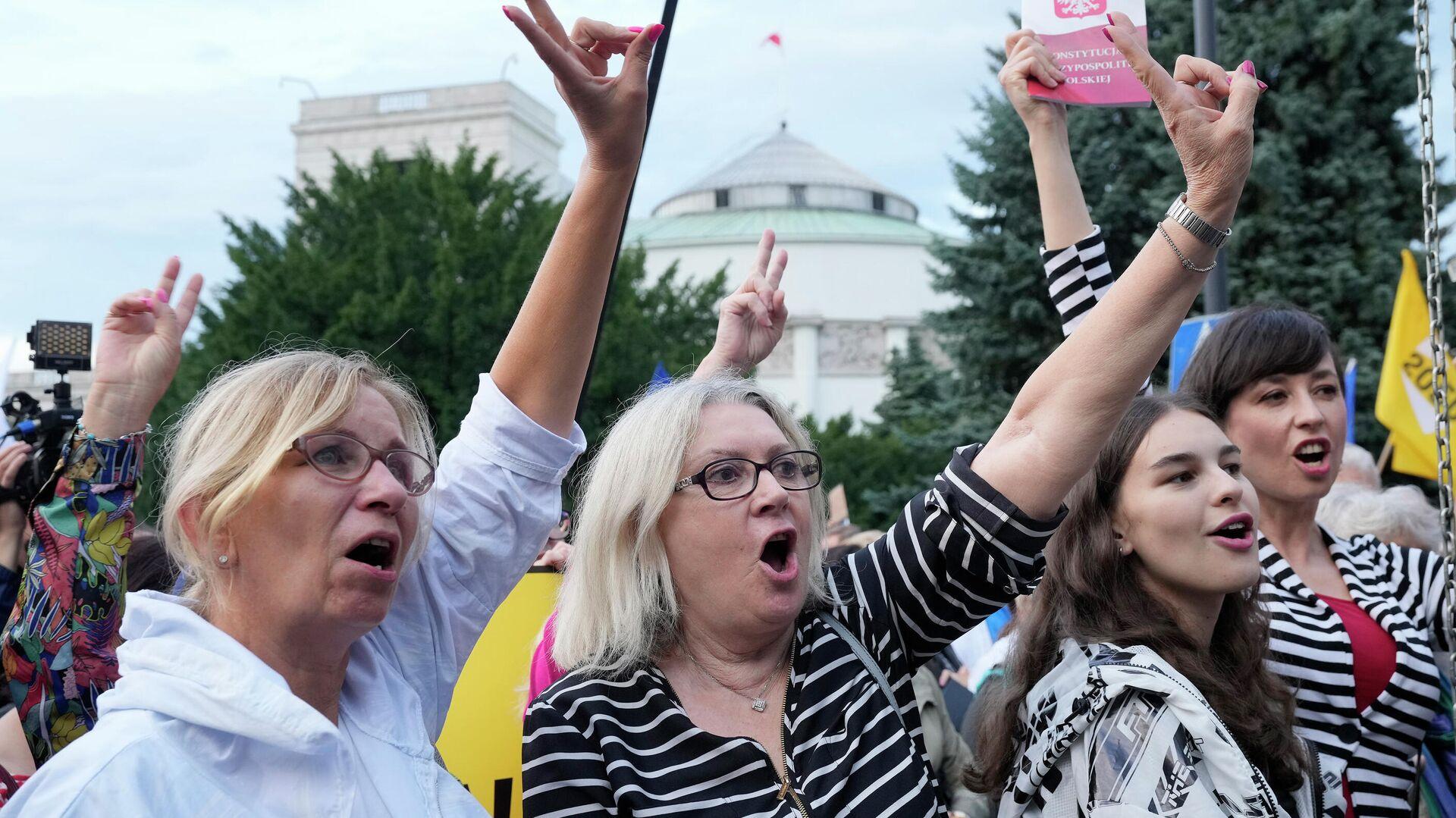 Демонстрация против принятия нового закона о телерадиовещании в Варшаве 0