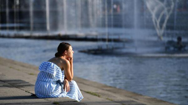 Девушка у фонтана в Историческом сквере в Екатеринбурге