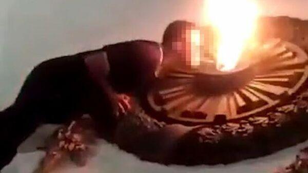 Подростки прикуривают от Вечного огня в Севастополе