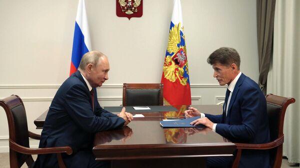Президент РФ Владимир Путин и губернатор Приморского края Олег Кожемяко во время встречи