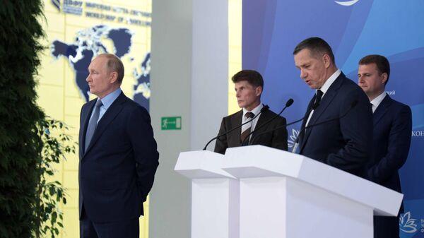 Президент РФ Владимир Путин во время осмотра интерактивной презентации результатов развития Дальнего Востока
