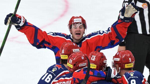 Игроки ЦСКА радуются забитой шайбе в матче регулярного чемпионата Континентальной хоккейной лиги между командами ЦСКА (Москва) и ХК Динамо (Рига).