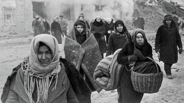 Жители блокадного Ленинграда выходят из бомбоубежища после отбоя тревоги