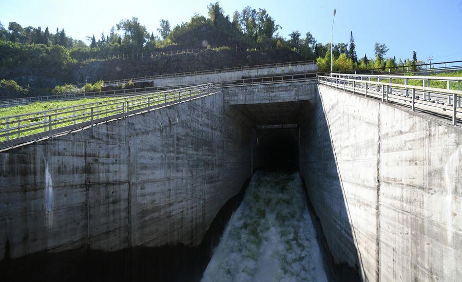 Фрагмент берегового водосброса Саяно-Шушенской ГЭС на реке Енисей