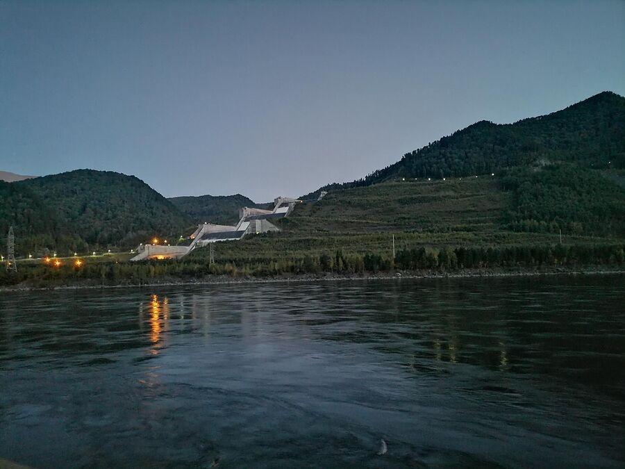 Вечерний вид на водосброс на Саяно-Шушенской ГЭС