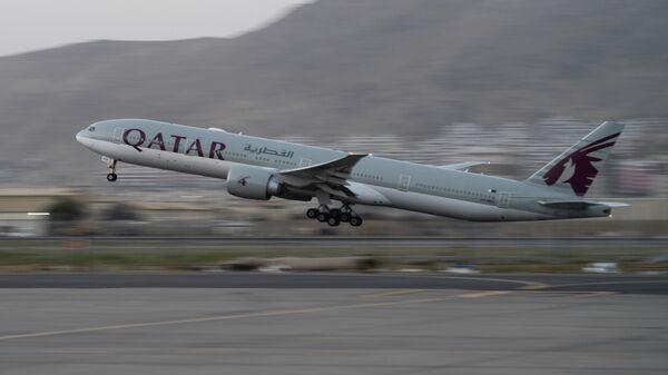 Самолет авиакомпании Qatar Airways вылетает из аэропорта Кабула