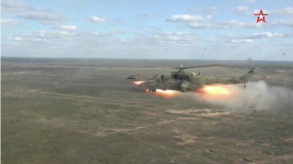 Вертолеты Ми-35 и Ми-24  на совместных стратегических учениях Запад-2021