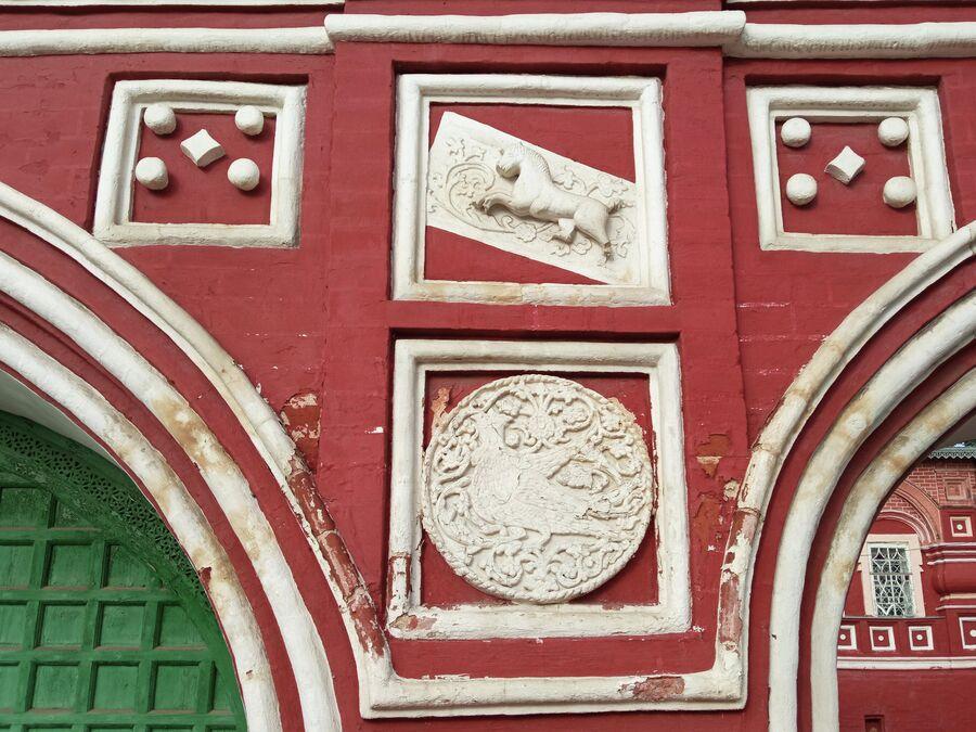 Воскресенская церковь на Дебре, единорог и орел на Святых вратах