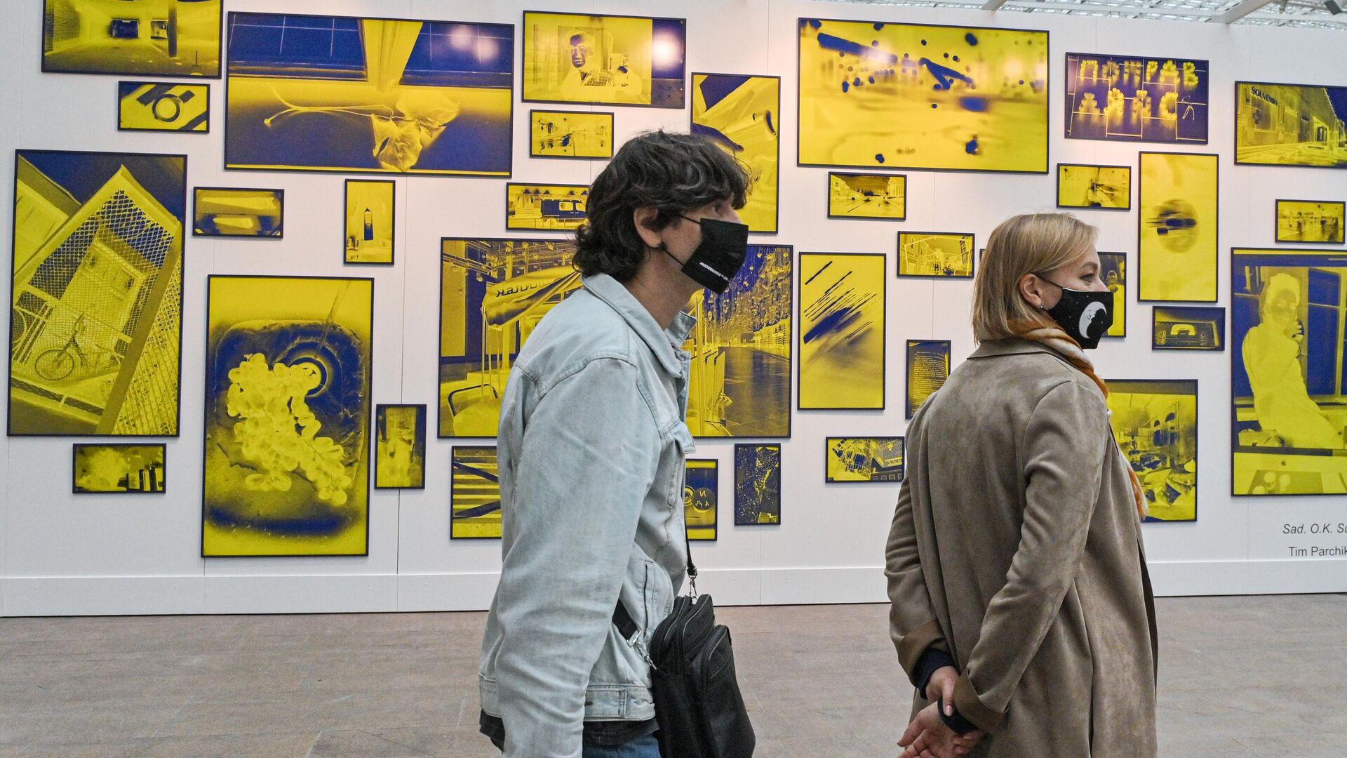 Посетители ярмарки современного искусства Cosmoscow 2020 в Гостином дворе в Москве. - РИА Новости, 1920, 13.09.2021