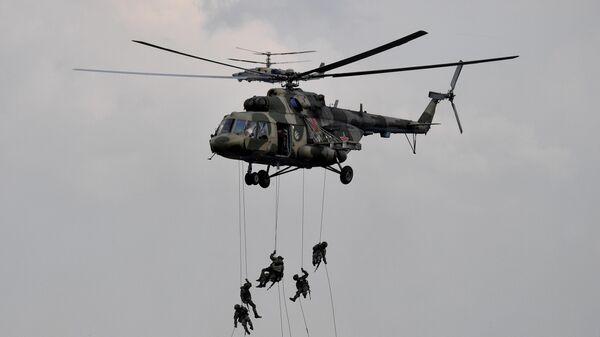 Военнослужащие высаживаются из многоцелевого вертолета Ми-8 во время основного этапа учений Запад-2021 на полигоне Мулино в Нижегородской области