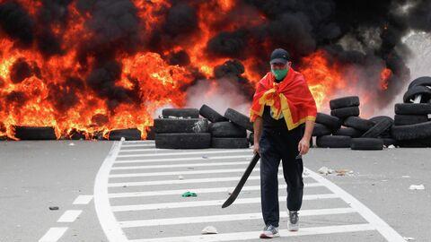 Участник акции протеста в Цетине против интронизации митрополита Иоанникия