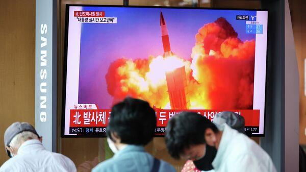 Трансляция кадров запуска северо-корейской баллистической ракеты в Сеуле