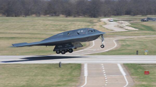 Американский малозаметный стратегический бомбардировщик Northrop B-2 Spirit во время посадки на базе Уайтмен в штате Миссури