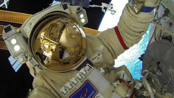 Олег Новицкий во время выхода в открытый космос 9 сентября