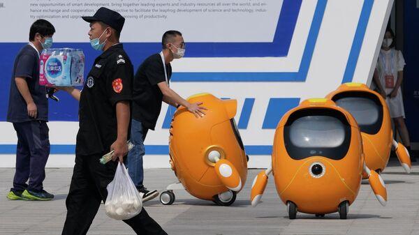 Рабочие на Всемирной конференции роботов в Пекине, Китай