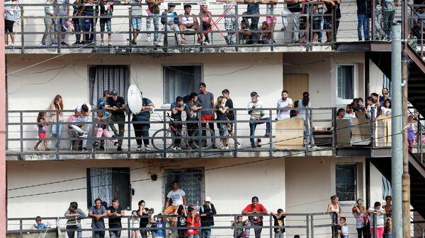 Люди ждут Папу Франциска перед его встречей с членами цыганской общины в Кошице, Словакия