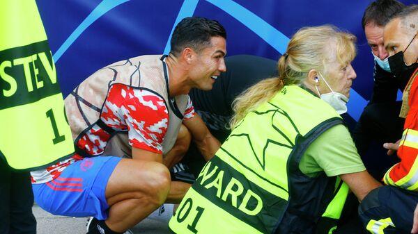 Криштиану Роналду сбил девушку-стюарда с ног ударом мяча во время разминки перед матчем ЛЧ